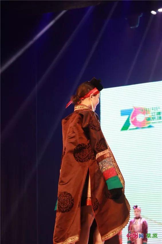 第十六届蒙古族服装服饰艺术节,绚丽多彩的蒙古袍 第30张