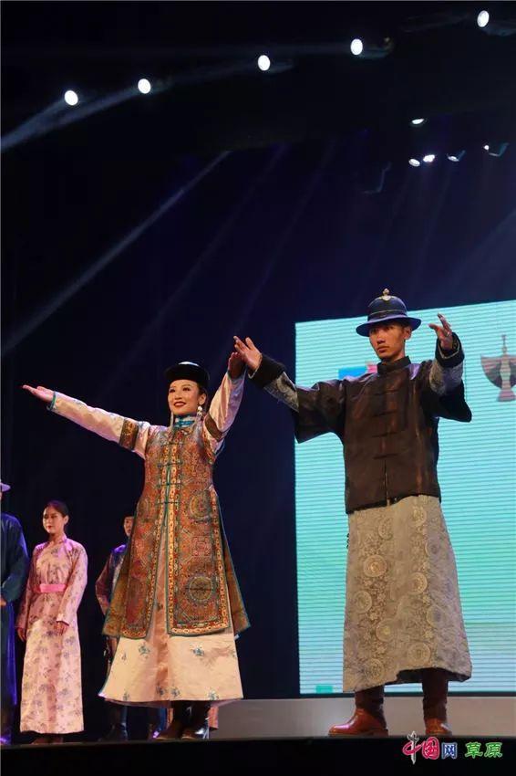 第十六届蒙古族服装服饰艺术节,绚丽多彩的蒙古袍 第34张 第十六届蒙古族服装服饰艺术节,绚丽多彩的蒙古袍 蒙古服饰