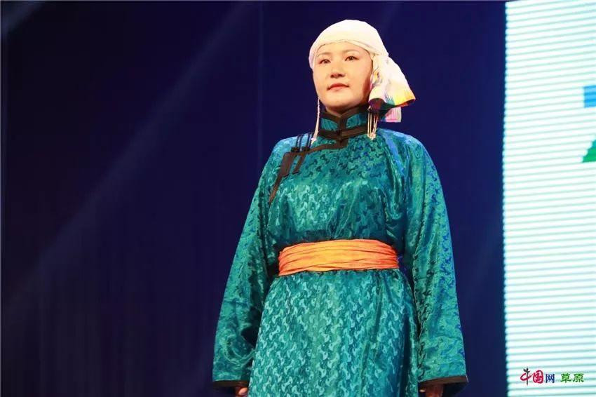 第十六届蒙古族服装服饰艺术节,绚丽多彩的蒙古袍 第33张