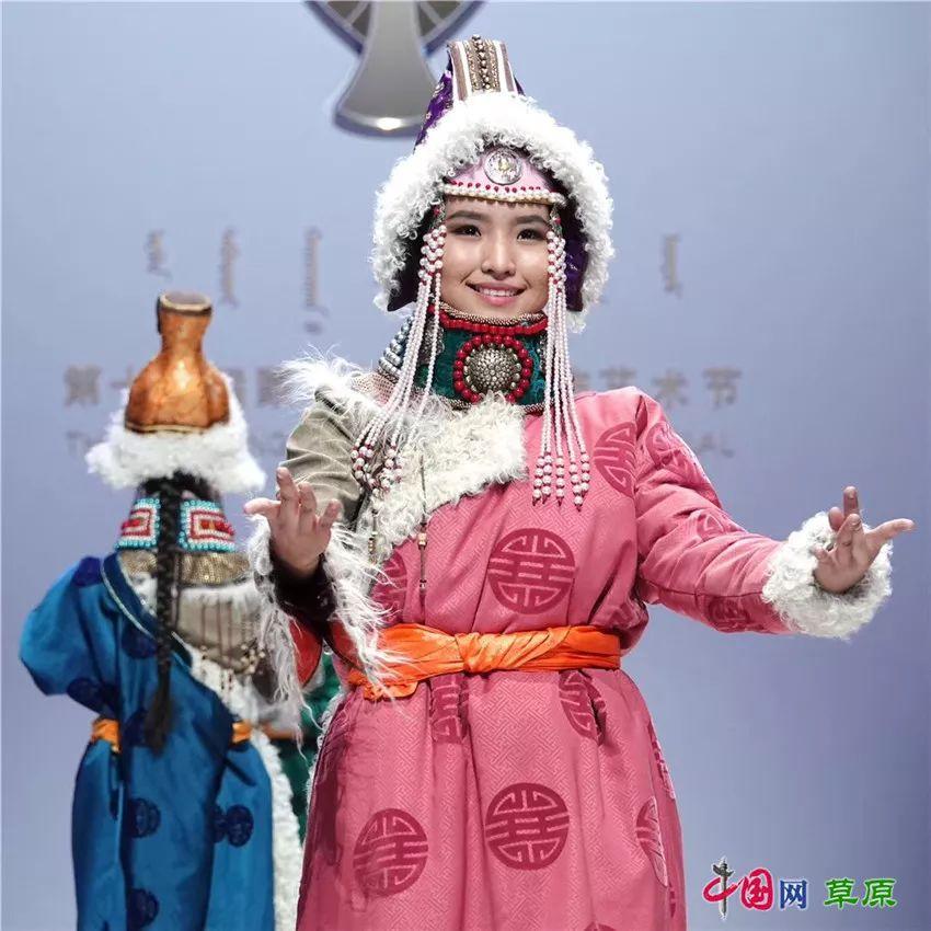 40年,草原上的光阴故事: 新年穿新衣,蒙古袍有哪些讲究? 第10张 40年,草原上的光阴故事: 新年穿新衣,蒙古袍有哪些讲究? 蒙古服饰