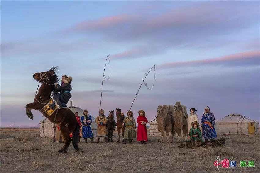40年,草原上的光阴故事: 新年穿新衣,蒙古袍有哪些讲究? 第12张 40年,草原上的光阴故事: 新年穿新衣,蒙古袍有哪些讲究? 蒙古服饰