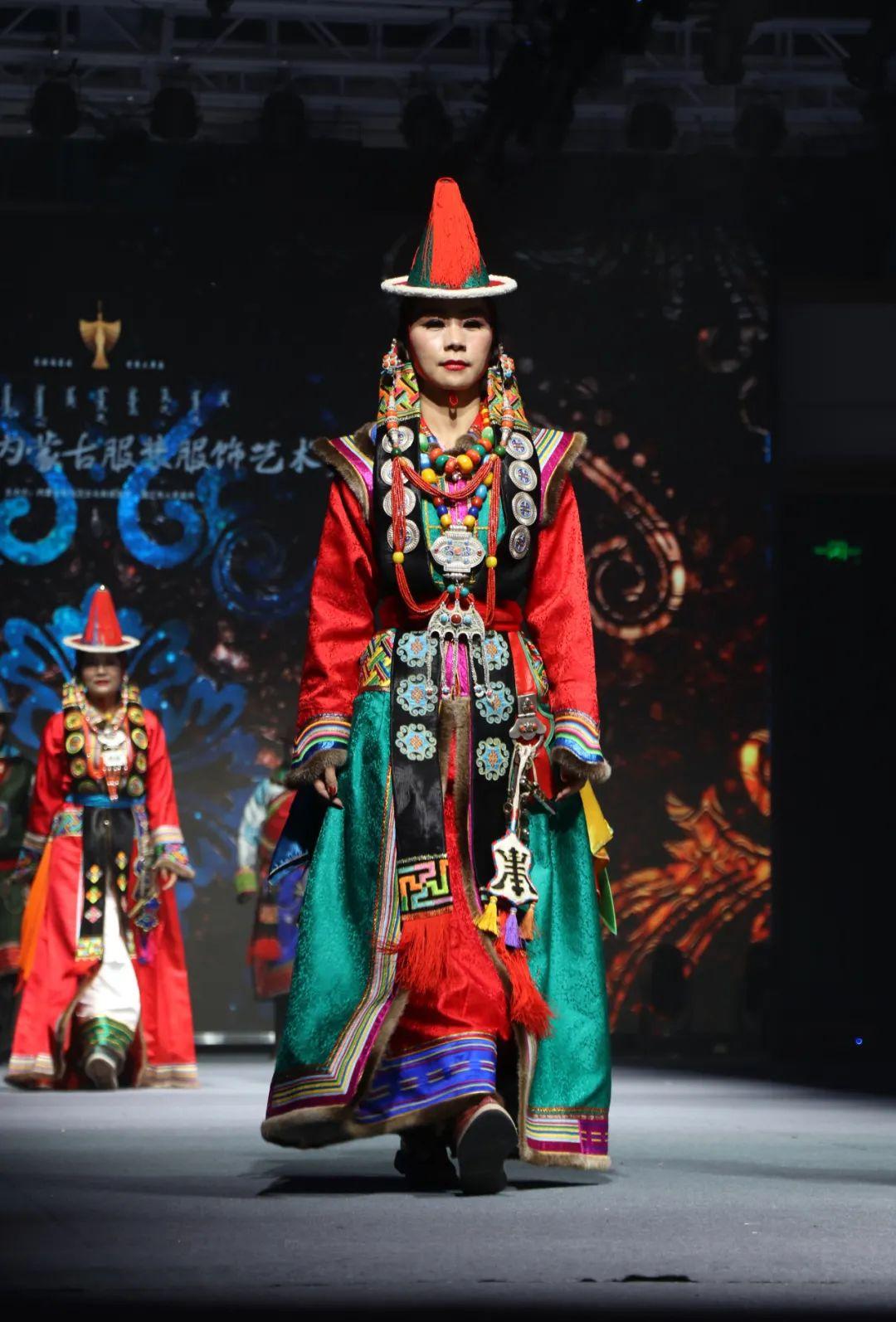 2020蒙古族服装服饰设计大赛 ᠮᠣᠩᠭᠤᠯ ᠦᠨᠳᠦᠰᠦᠲᠡᠨᠦ᠌ ᠬᠤᠪᠴᠠᠰᠤ ᠵᠠᠰᠠᠯᠤ᠋ᠨ ᠤᠷᠤᠯᠳᠤᠭᠠᠨ 第13张 2020蒙古族服装服饰设计大赛 ᠮᠣᠩᠭᠤᠯ ᠦᠨᠳᠦᠰᠦᠲᠡᠨᠦ᠌ ᠬᠤᠪᠴᠠᠰᠤ ᠵᠠᠰᠠᠯᠤ᠋ᠨ ᠤᠷᠤᠯᠳᠤᠭᠠᠨ 蒙古服饰