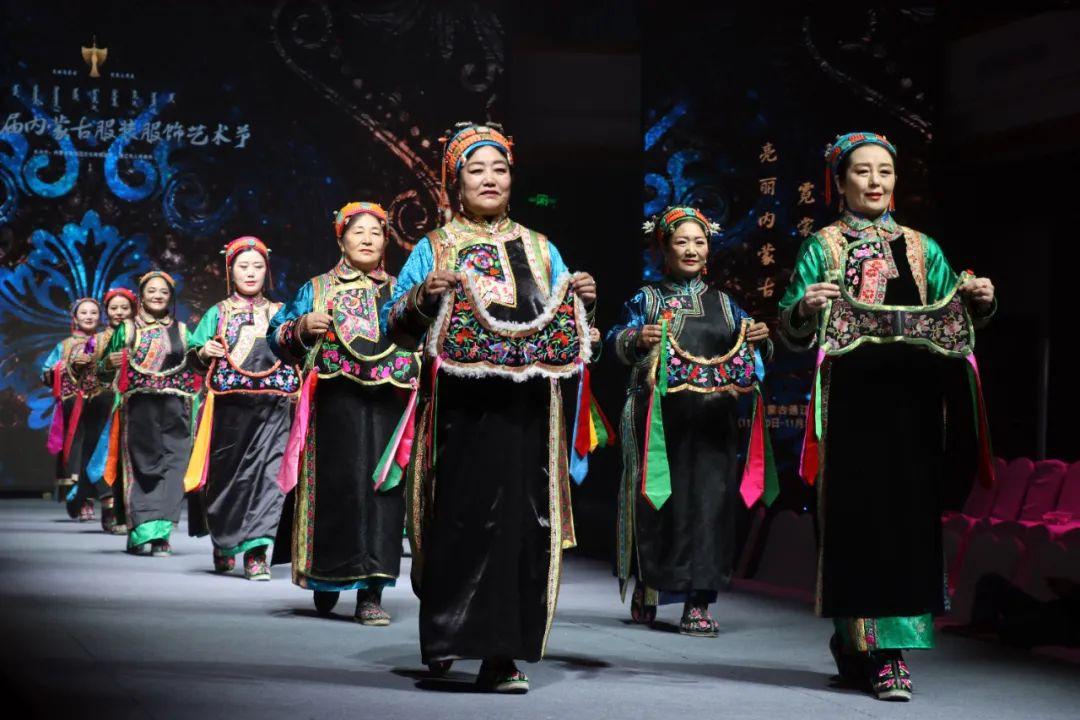2020蒙古族服装服饰设计大赛 ᠮᠣᠩᠭᠤᠯ ᠦᠨᠳᠦᠰᠦᠲᠡᠨᠦ᠌ ᠬᠤᠪᠴᠠᠰᠤ ᠵᠠᠰᠠᠯᠤ᠋ᠨ ᠤᠷᠤᠯᠳᠤᠭᠠᠨ 第23张 2020蒙古族服装服饰设计大赛 ᠮᠣᠩᠭᠤᠯ ᠦᠨᠳᠦᠰᠦᠲᠡᠨᠦ᠌ ᠬᠤᠪᠴᠠᠰᠤ ᠵᠠᠰᠠᠯᠤ᠋ᠨ ᠤᠷᠤᠯᠳᠤᠭᠠᠨ 蒙古服饰